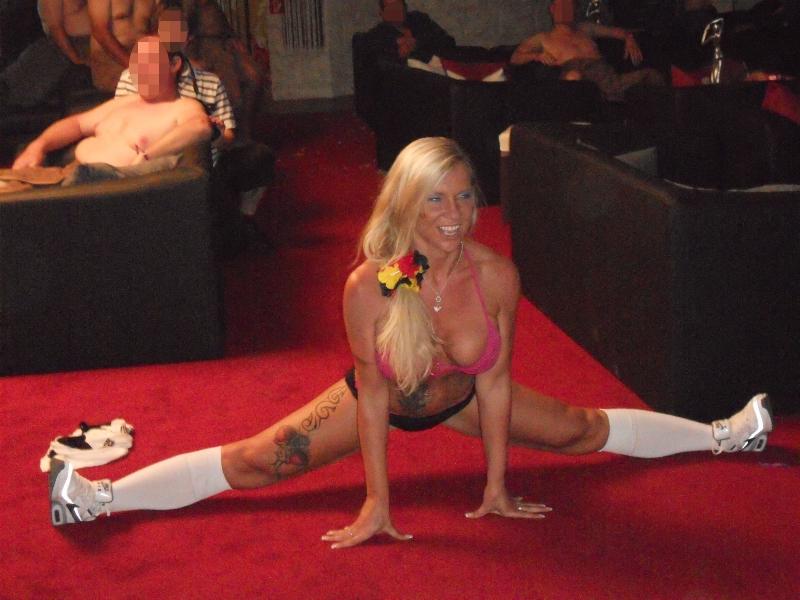 Sharon Show in einem FKK-Club