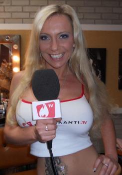 Sharon moderiert Backstage vom Set bei Inflagranti